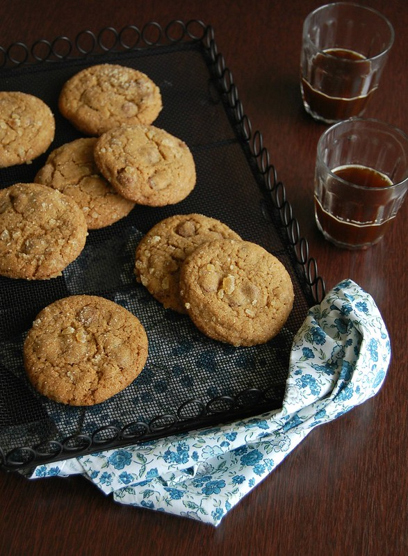 Ginger and milk chocolate cookies / Cookies de gengibre e chocolate ao leite
