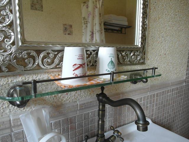 漱口杯是瓷杯,刻意選用不同顏色,讓室友們不至於拿錯@宜蘭心森林民宿1N
