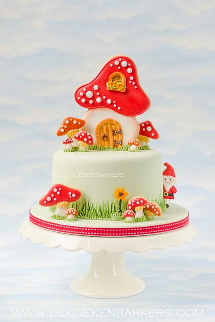 Toadstool cake decorated with cookies by De Koekenbakkers