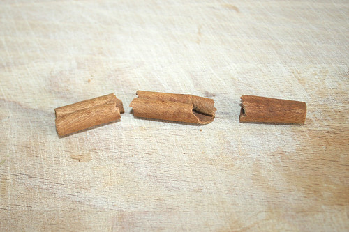 30 - Zimtstange zerbrechen / break up cinnamon stick