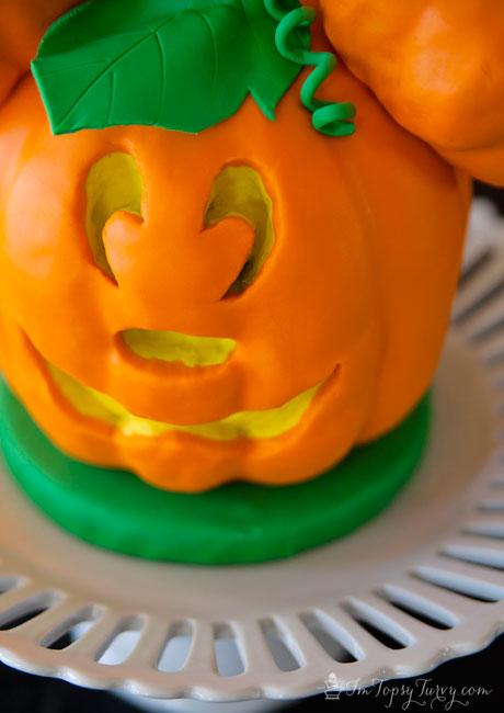 Mickey-mouse-cake-jack-o-lantern-close