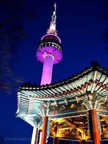 La N Seoul Tower iluminada por la noche