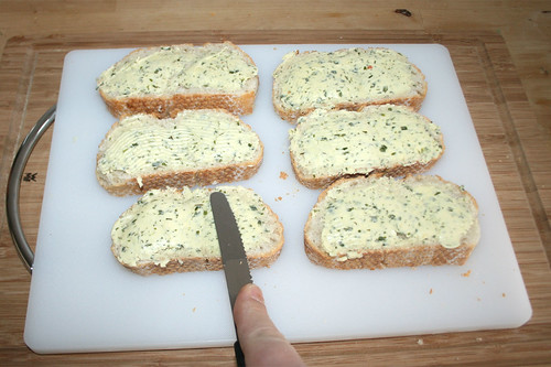 30 - Baguette mit Kräuterbutter beschmieren / Cover baguette slices with herb butter