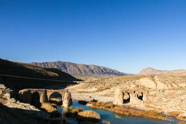 Bridge of Kavar on the way from Shiraz to Firuzabad, Iran フィールーズ・アーバードへの途上の橋