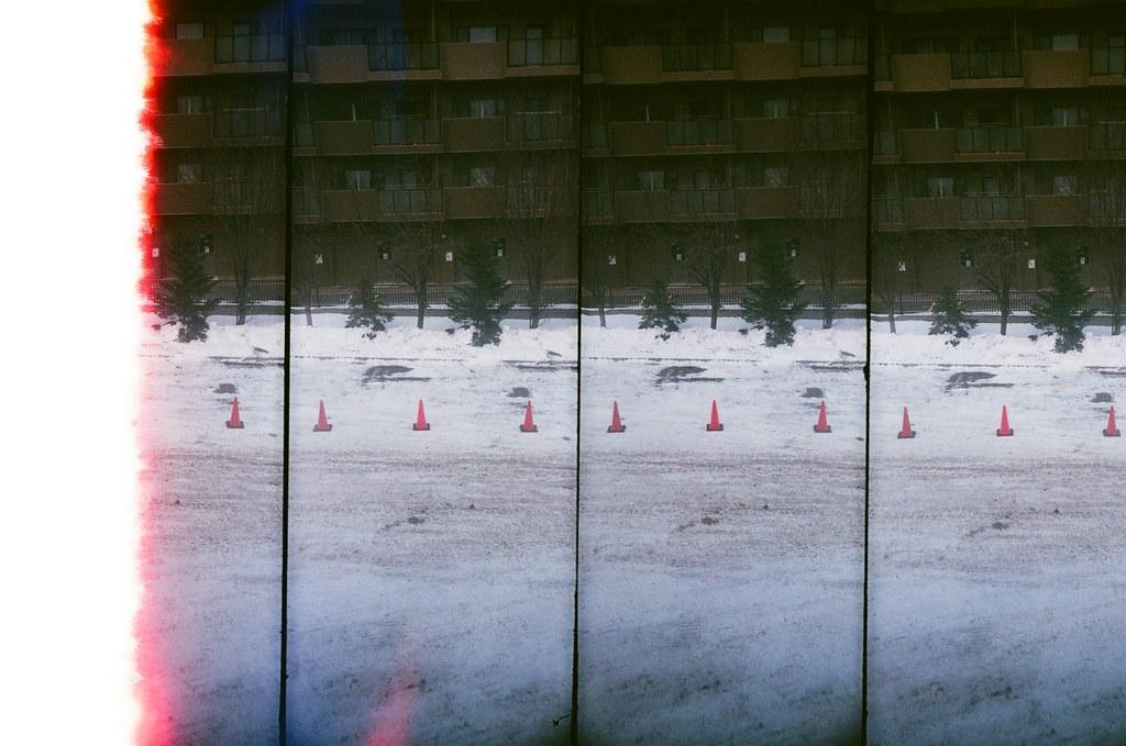 札幌 Sapporo, Japan / AGFA VISTAPlus / SuperSampler 從住的地方往窗外看,外面是一個停車場,對面就是一大片的公寓大廈。  有移動鏡頭拍嗎?有點忘記了。  SuperSampler Dalek AGFA VISTAPlus ISO400 8266-0001 2016/01/31 Photo by Toomore