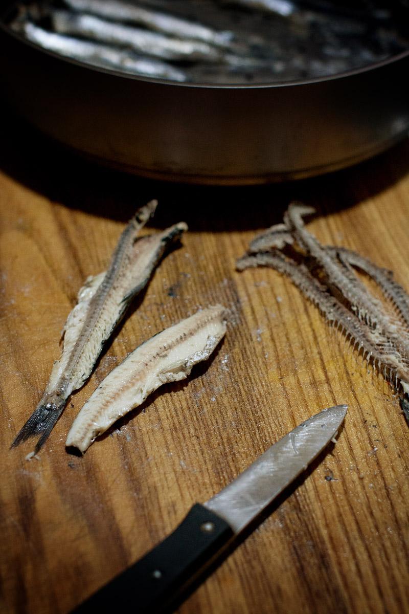 Extracción de los filetes de bocarte una vez cocidos al vapor