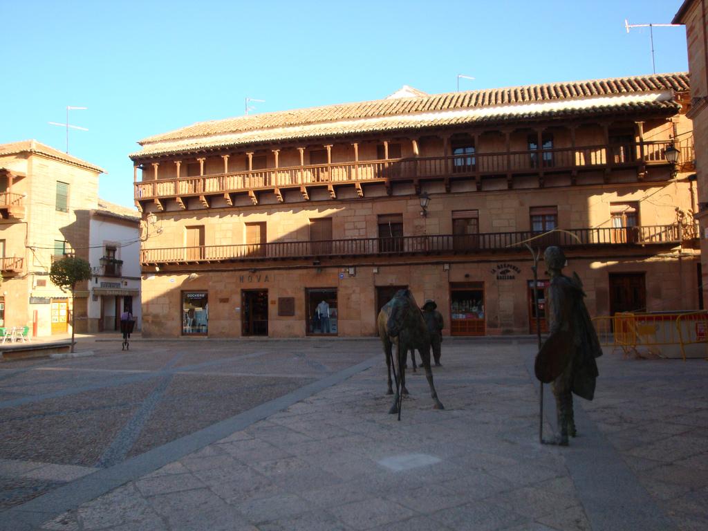4. Plaza Mayor y balaustradas de madera. Autor, Zubitarra