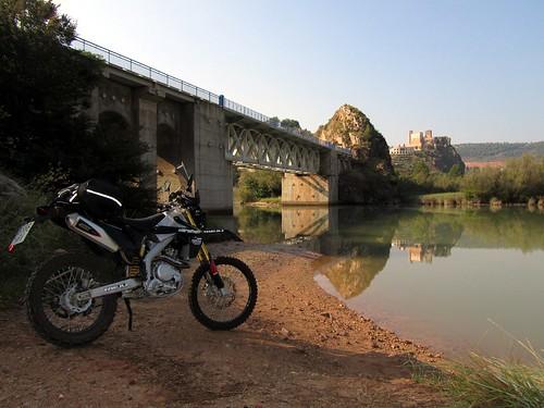 Cofrentes, castillo sobre chimenea volcanica y rio cabriel)