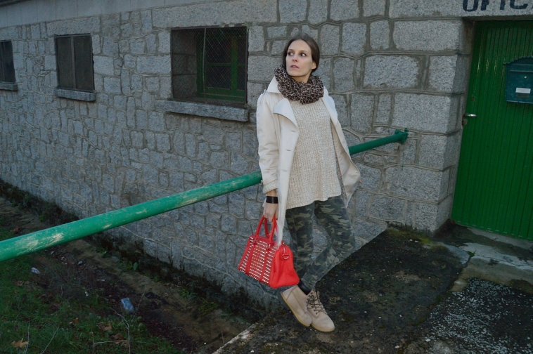 lara-vazquez-madlula-streetstyle-camouflage-jeans-red-bag