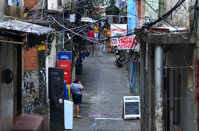 Cableado caótico de la favela Rocinha