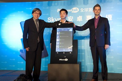 Skype安卓專用機震撼上市,左起連科通訊董事長詹宏志、連科通訊營運長蔡文雄、Skype全球市場發展總監Judd Harcombe