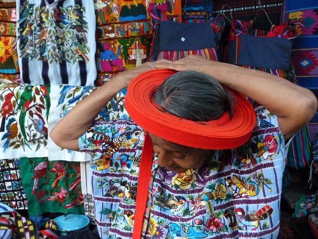 Mujer con el típico tocoyal de Santiago Atitlán (Guatemala)
