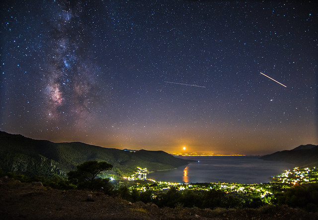 The Milky Way,the moonset and what else is moving on the night sky.