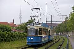 Nach dem Einsatz als 'MünchenTram' fährt der M4-Zug 2412/3407 Richtung Moosach, hier erreicht der Wagen den Westfriedhof