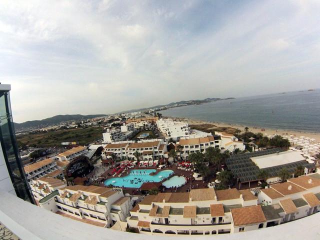 Así se ve la zona de The Club desde el bar situado en lo alto de The Tower, con las mejores vistas de Ibiza y de la Playa Ushuaïa Ibiza, la #experiencia más completa de la isla - 9329284854 7b0f79f9d5 z - Ushuaïa Ibiza, la #experiencia más completa de la isla