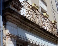 Fontenay-le-Comte. Enseigne abandonnée rue des Loges