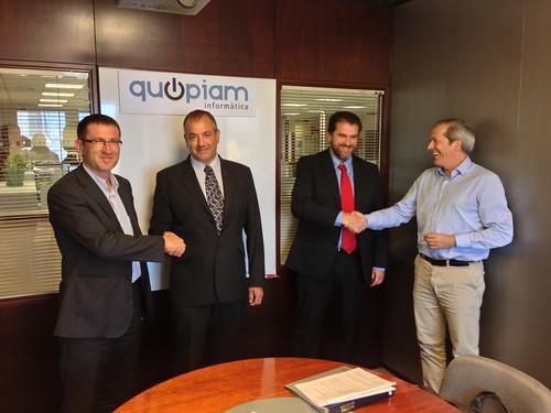 D'esquerra a dreta: Mateu Homs (Ona Capital), Joan Paré (Quopiam), Òscar Barrabés (Quopiam) i Pere Anglada (Ona Capital), després de segellar l'acord.