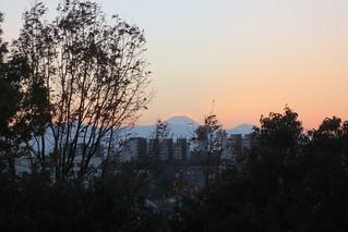日の入り後に輝く富士山