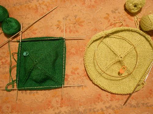 Квадратная двусторонняя прихватка спицами с каймой и петелькой из шнурка | Хорошо.Громко.