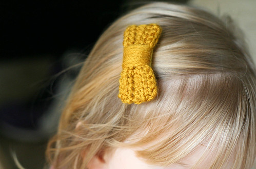 crocheted hair bow | yourwishcake.com