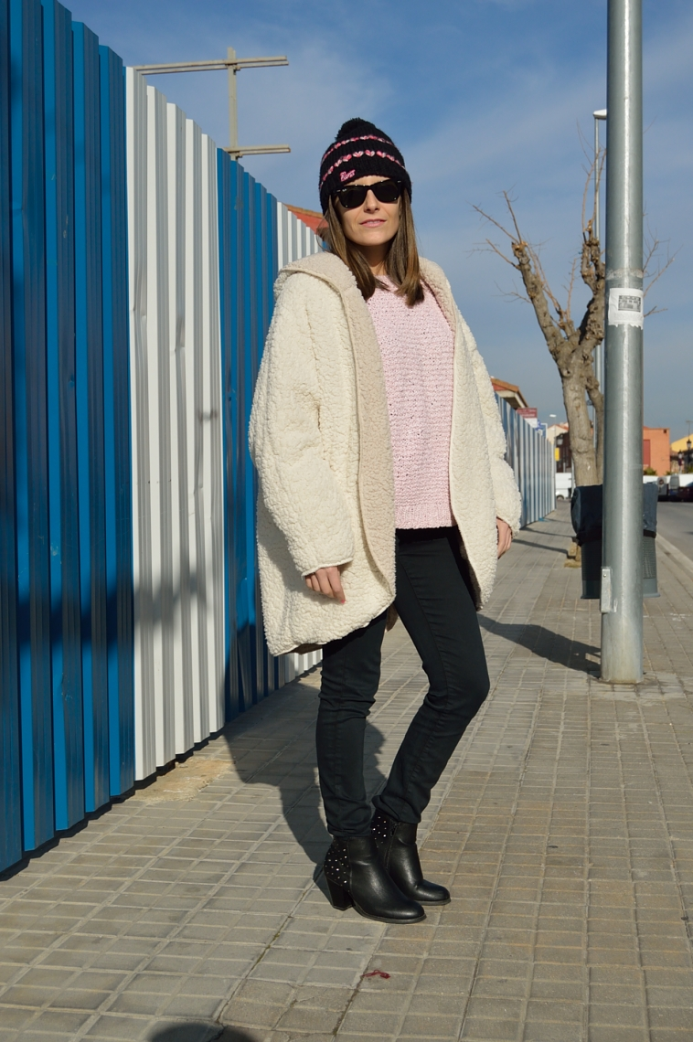 lara-vazquez-madlula-blog-fashion-style-beanie-pompom-black-negro-outfit-abrigo-borrego