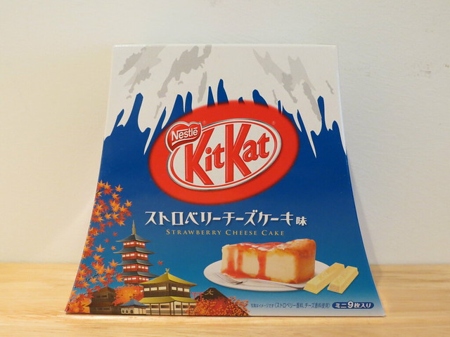 ストロベリー チーズケーキ (Strawberry Cheesecake) Kit Kats in Mount Fuji box