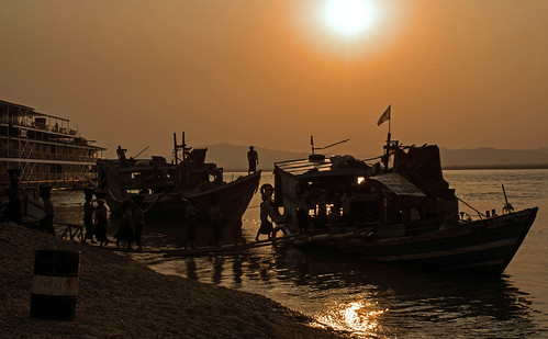 sunset people sun water reflections river boats tramonto burma fiume barche persone myanmar antonio sole acqua riflessi bagan birmania ayeyarwady mat56 romei