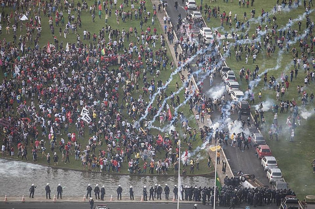 La Policía reprimiendo la manifestación frente al Congreso Nacional - Créditos:  Mídia Ninja