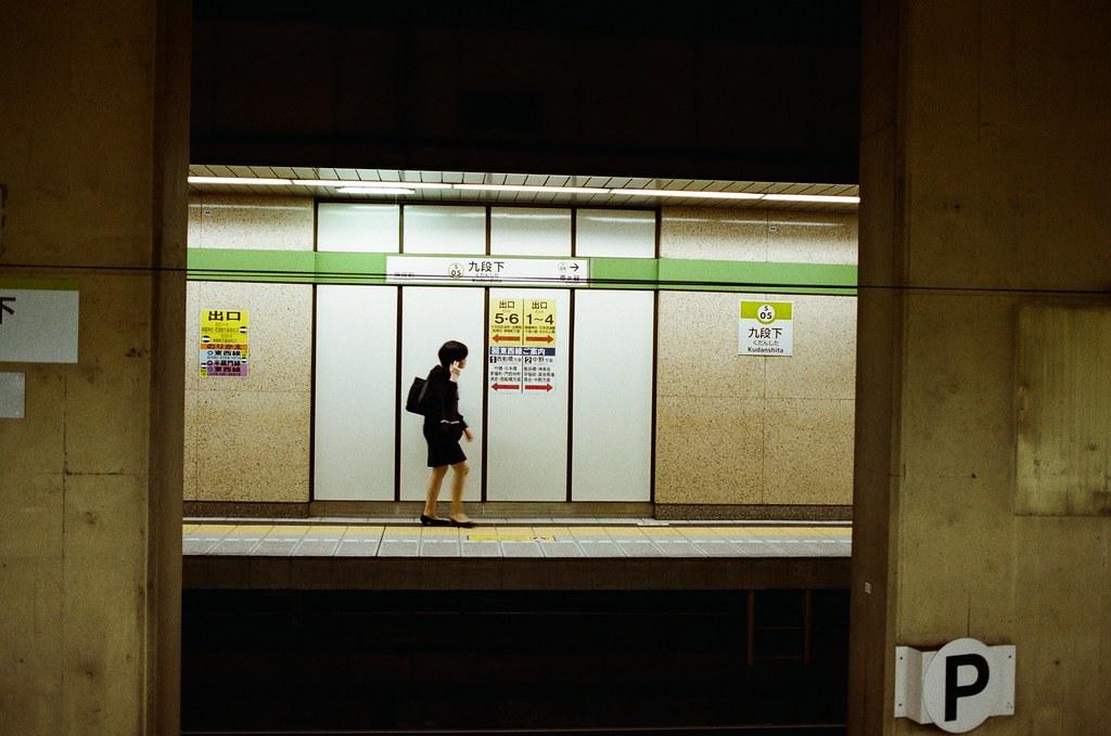 九段下 Tokyo, Japan / Kodak ColorPlus / Nikon FM2 九段下,我記得曾經和妳經過這裡,轉車,但轉去哪裡我忘記了。  而我則是一直在地鐵中迷路、一直在東京這個城市裡打轉、一直掉進回憶的漩渦中。  Nikon FM2 Nikon AI AF Nikkor 35mm F/2D Kodak ColorPlus ISO200 0995-0025 2015/10/01 Photo by Toomore