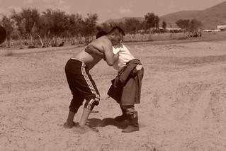 Nuestro conductor aprovechó el tiempo para practicar lucha Mongola con otra persona de la zona. El entorno sagrado de las dunas Mongol Els de Mongolia - 9056693915 6274a93252 n - El entorno sagrado de las dunas Mongol Els de Mongolia