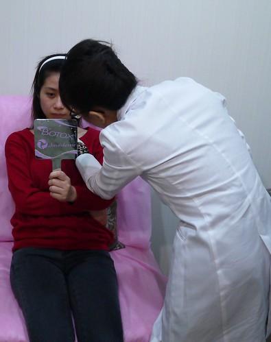 美上美的莊盈彥醫師再次與客人確定要治療的目標