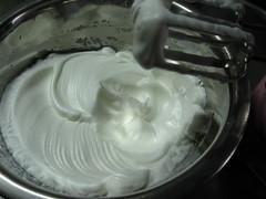 卵白をツノが立つまで泡立てます