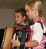 Fabio und Maxima, der Musikanten-Nachwuchs der Familie Hell (Mann), gehören mit ihren Stücken inzwischen zum musikalischen Rahmenprogramm
