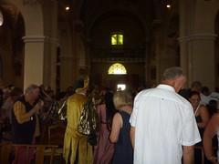 Sortie de l'assistance de l'église Saint-Michel après les chants polyphoniques