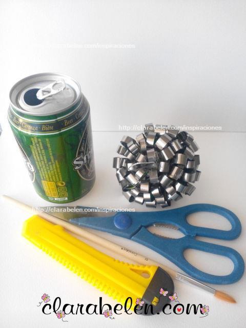 con reciclaje bola de navidad hecha con recortes de latas