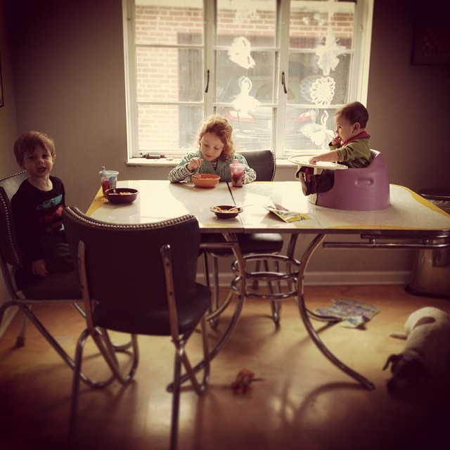 Three kids eating the same thing for lunch. THIS IS THE DREAM, PEOPLE. @verozarc #3kids #macncheese