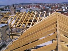 , Montáž a demontáž krovu na škole vo Viedni - 08, dobrí tesári