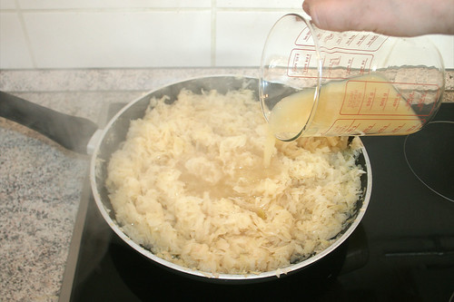 17 - Mit Apfelsaft ablöschen / Deglaze with apple juice