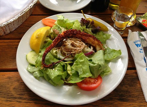 Gebratener Octopus auf Blattsalat / Fried octopus on green salad