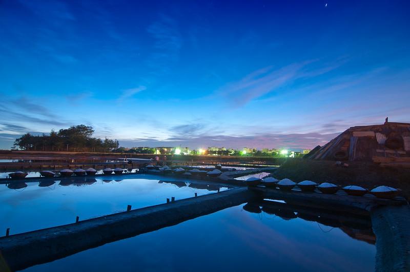 布袋鹽田增設了大蒸發池和鹵缸,成為台灣瓦盤鹽田的標準模式,也奠定其百年基業。圖片來源:布袋嘴文化協會