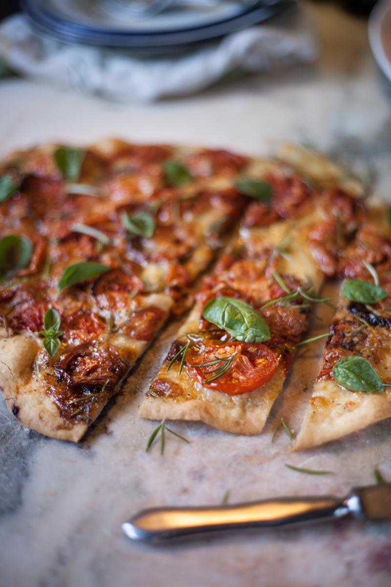pizza de tomate assado e alecrim