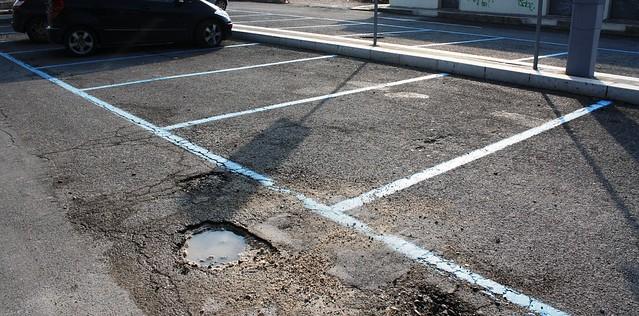 Gli assessori redotti ad asfaltare buche