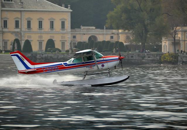Cessna 172N Skyhawk II взлетает с воды
