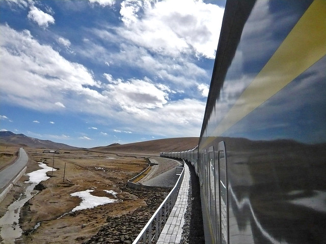 Qinghai–Tibet Railway running in the Tibetan plateau チベット高原を走る青蔵鉄道