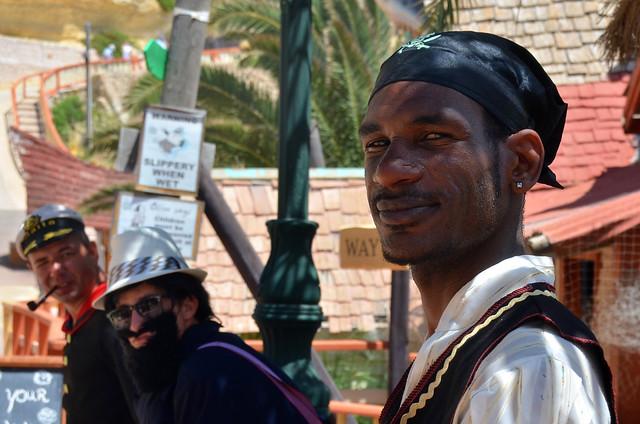 Pirata negro en Anchor Bay de Malta, pueblo de Popeye