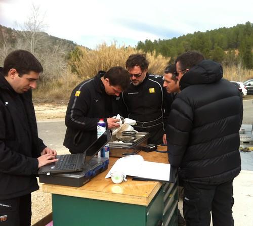 Miguel Fuster habla con los técnicos de Renaul
