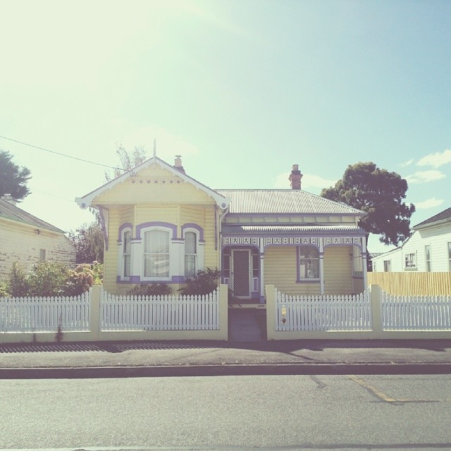 The pretty pastel purple & yellow colours of this house always remind me of @kategabrielle