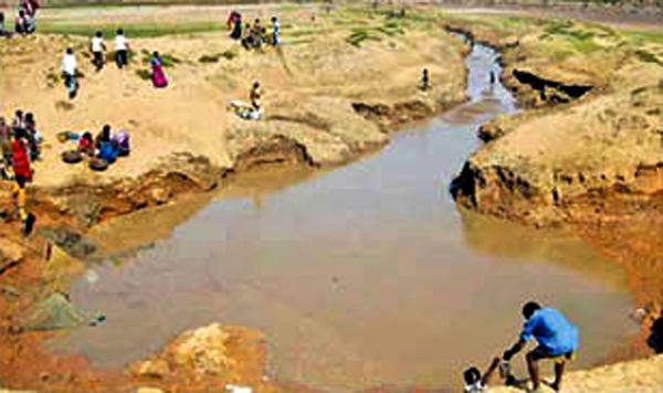 गांव के तालाब की सफाई करते ग्रामीण