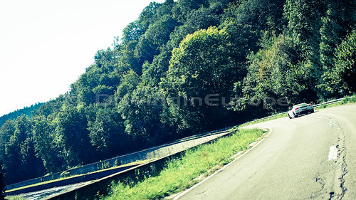 川沿いの道を行くフェラーリ