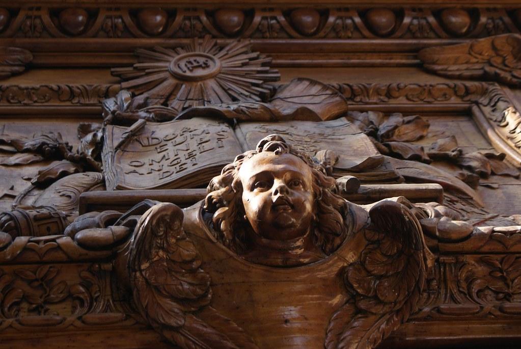 Porte en bois sculptée de l'église Sainte Polycarpe à Lyon.